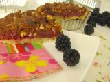 Černicový krehký koláč s lieskoorieškovým posypom
