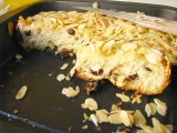 Maslový koláč s hrozienkami a mandľami na raňajky.