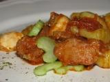 Bravčové kocky s cesnakom, zelerovou vňaťou , pomiešane s gnocchami