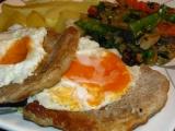Bravcovy prirodny steak so zemiakmi, dusenou zeleninou a volskym okom