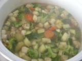 Brokolicovo-cuketová polievka s prosciuttom