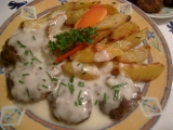 Karbanátky  z hovädzieho mäsa s chrenovou zálievkou