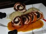 Morčacie roládičky so sušenými slivkami v pikantnej omáčke.