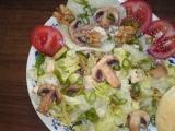Zidovský zelený šalát s hubami a orechami