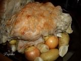 Pečené bravčové kolená so zemiakmi, cibuľou a cesnakom