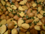 Pečené zemiaky s cesnakovými listami /Pečené brambory s česnekovými listy