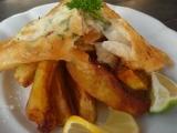 Anglická vyprážaná ryba s hranolkami - fish and chips