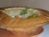 Klobúk z chleba, plnený zeleninovým šalátom /Chlebový klobouk se zeleninovým salátem