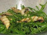 Diétna morčacia roládička plnená mladou cibuľou s rukolovým šalátom a grilovanym zampionom