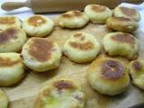 Prílohové žemličky z kysnutého zemiakového cesta a klobásky