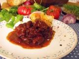 Dusené hovädzie kocky s fazuľou na chilli spôsob so zeleninovou prílohou