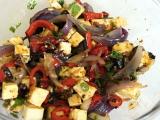 Naložený pivní sýr s pečenou cibulí, paprikou a čerstvými bylinkami