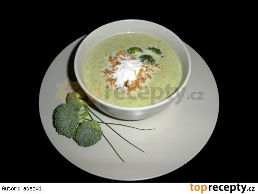 Krémová brokolicová polievka s chrumkavou cibuľkou