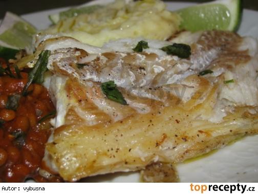 Ryba s pikantnou sosovicou na cesnaku a koriandre.