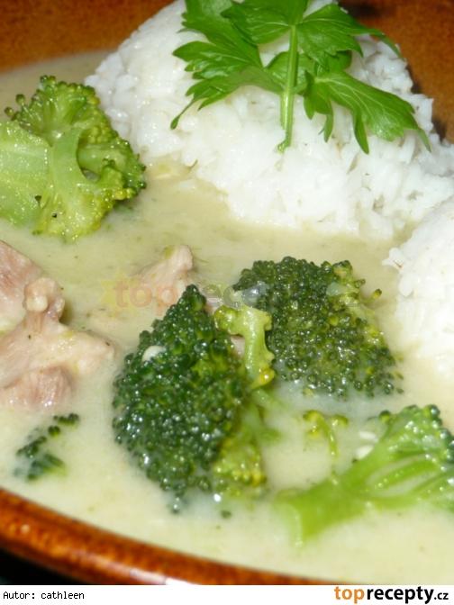Zaprávané  kuracie mäso v syrovo - brokolicovej omáčke