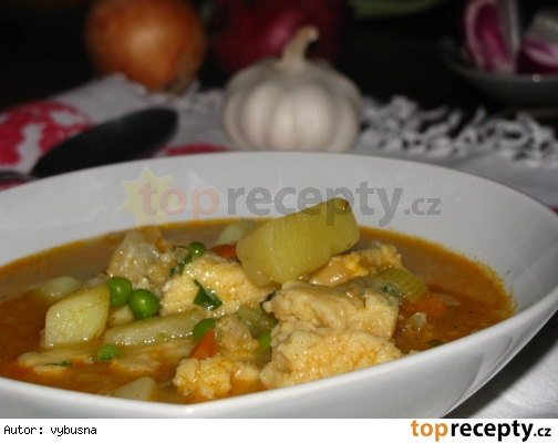 Karfiolová polievka s hráškom a krupicovými haluškami.