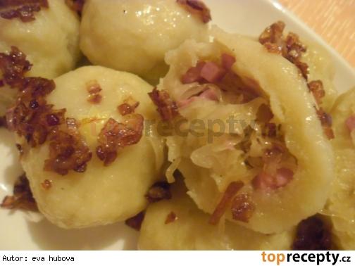 Zemiakove knedliky s kapustou a salamou/ Bramborové knedlíky se zelím a salámem