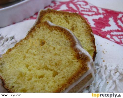 Bábovka   s šľahačkovou smotanou bez masla.