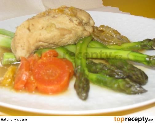 Dietne kuracie prsia so špargľou, mrkvou a zelerom v jemnej omáčke