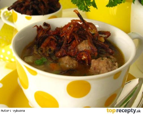 Polievkový eintopf s mäsovými guličkami a chrumkavou cibuľou
