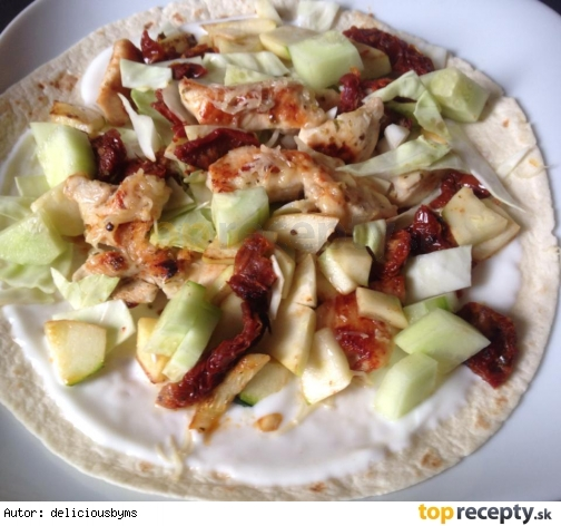 Celoznná tortila s kuracím mäskom, cuketou sušenými paradajkami a bielym jogurtom