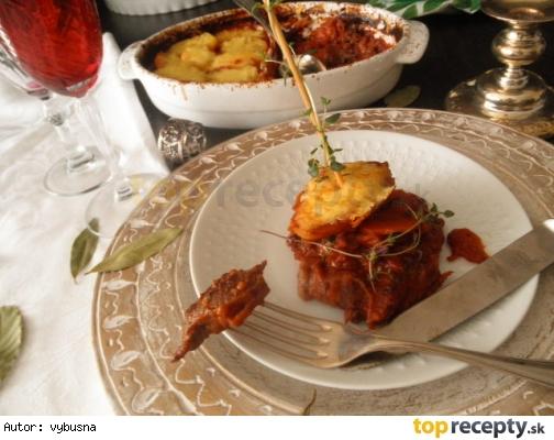Hovädzie pečené v červenej omáčke so syrovými zemiakmi