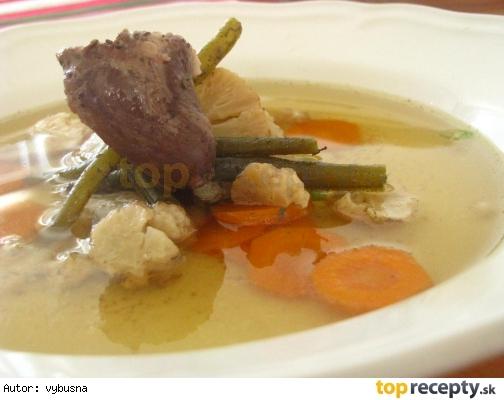 Letná vývarová polievka z morčacieho krku a zopár srdiečok