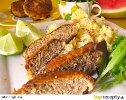 Maslový rezeň z mletého mäsa v cestíčku.