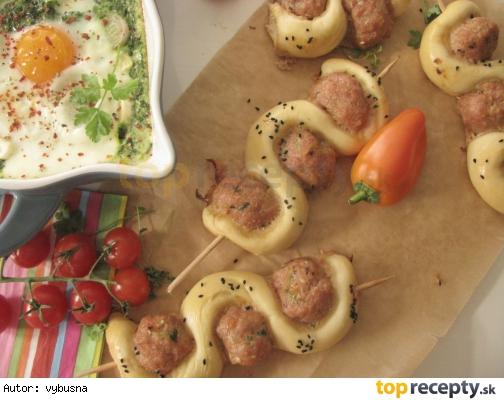 Mäsové guľky pečené na špízoch s chlebom