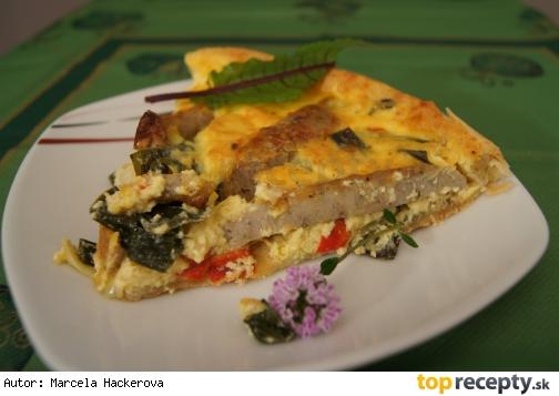 Slaný koláč z listového těsta (quiche), plněný osmaženou jarní cibulkou, paprikou a klobáskami