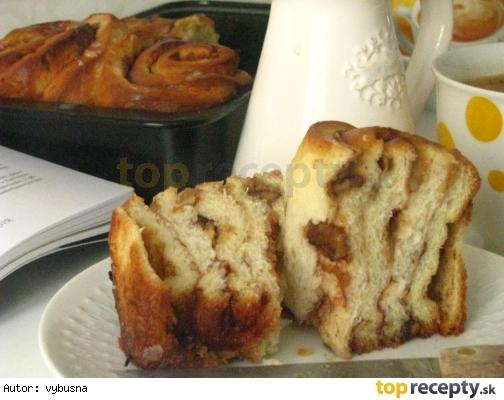 Vynuté kysnuté koláče s jablkami a orechami